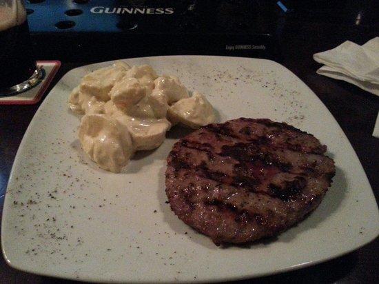 Morrigan Pub: Hamburger di Black Angus ed insalata di patate con maionese e miele.