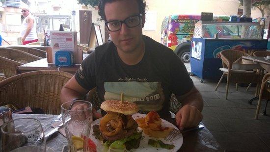 Cafe 2012 RX Lounge: Yo tomando esa super hamburguesa!