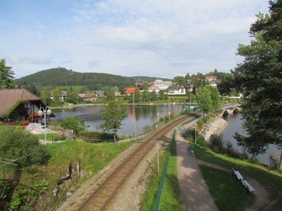 Lake Schluchsee: uitzicht vanaf de loopbrug boven t spoor