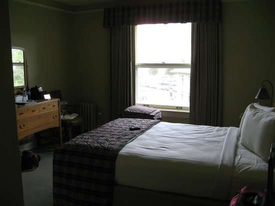 Standard room picture of mammoth hot springs hotel for Mammoth hot springs hotel cabins