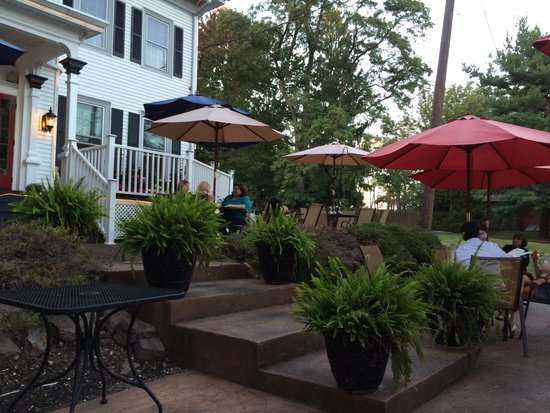 Paulie's Anna Rose: Outdoor patio, historic house