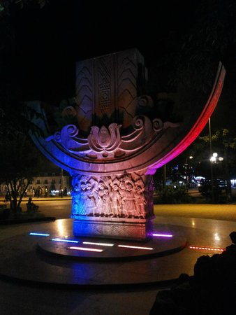 Ho Chi Minh Friendship Monument: Вечерняя подсветка