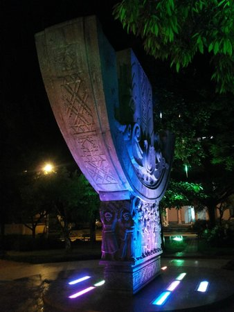 Ho Chi Minh Friendship Monument: Вид сбоку