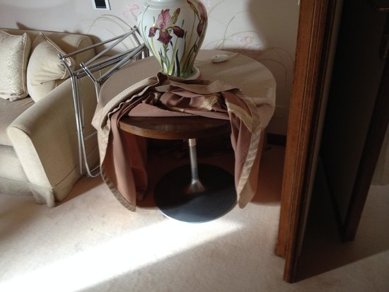 Belmond Hotel Cipriani: room 317: cheesy side table