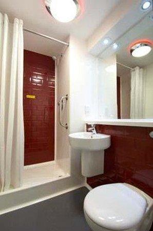 Travelodge Cheshire Oaks: Bathroom