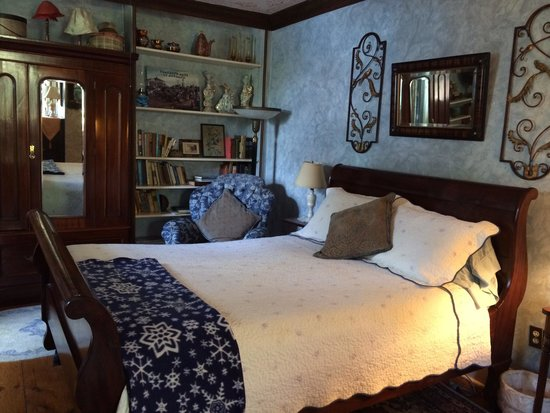 New Hope's 1870 Wedgwood Bed and Breakfast Inn: U9 sleigh bed room.