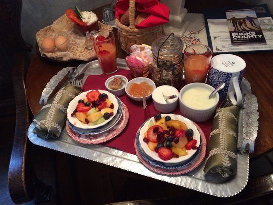 New Hope's 1870 Wedgwood Bed and Breakfast Inn: Breakfast tray brought to our room.