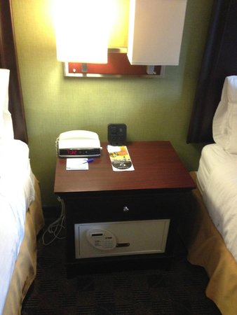 Hampton Inn Albany-Western Ave/University Area: Night table