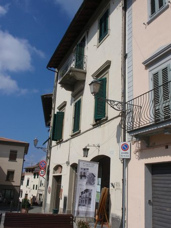 Montespertoli, อิตาลี: Be sure to read the WWII banners on the main drag