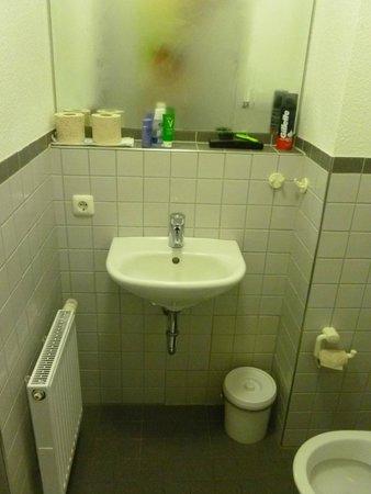 Jugendherberge Pathpoint Cologne: Banheiro no quarto