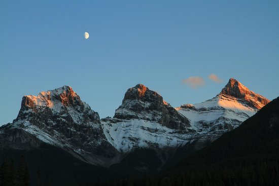 Days Inn Canmore : Three sisters at sunset