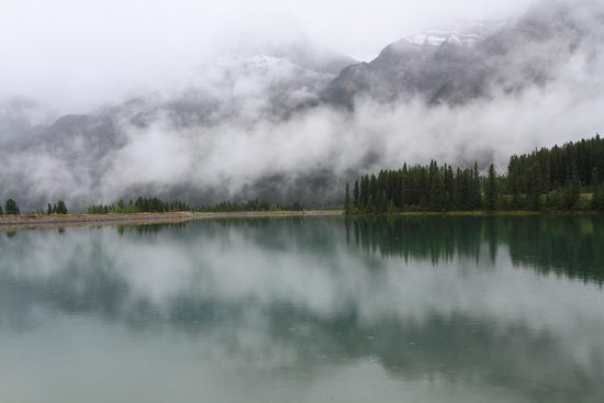 Econo Lodge Canmore: Low hanging clouds in Canmore
