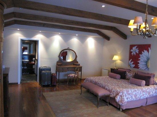 Los Sauces Casa Patagonica: Bed/ Dresser