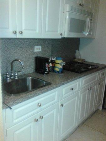 Ramada Plaza Marco Polo Beach Resort: mini cocina en la habitacion