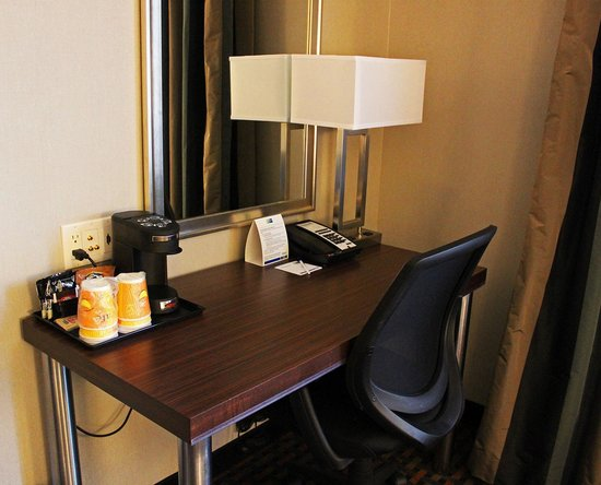 Holiday Inn Express Pembroke: Work desk and coffee machine