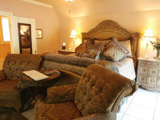 Inn on the Creek: Elegant bed and bedding!