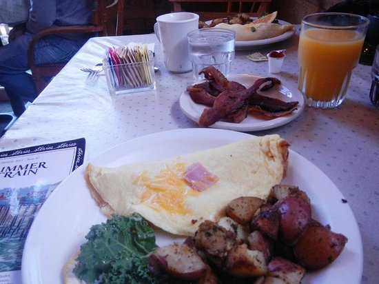 Lazy Susan Cafe: Omelettes and fresh juice