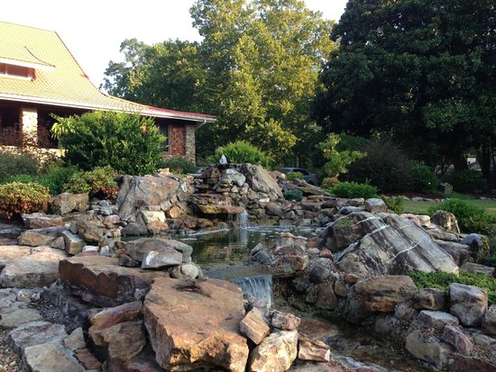 Hilltop Manor Bed & Breakfast: Waterfall in front of inn