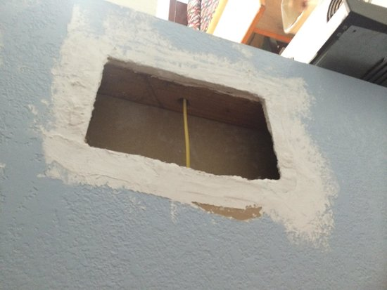 Sportsman Manor Motel: Hole in wall