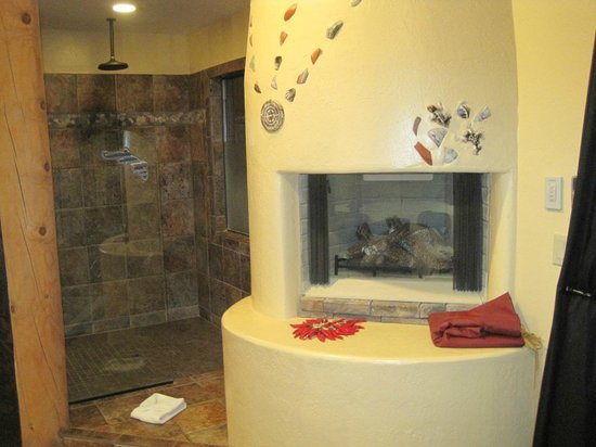 The Suites at Sedona: Fireplace and walk-in shower