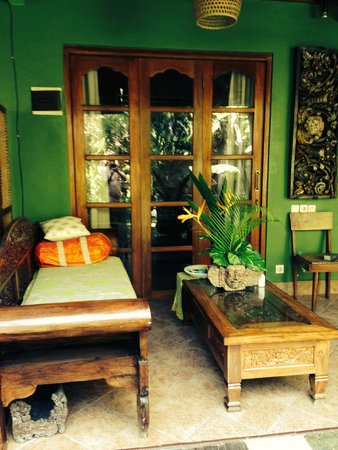 Green Chaka Villas : sofa privatif terrasse donnant sur le bassin