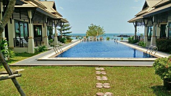 Poolsawat Villa : pool from garden