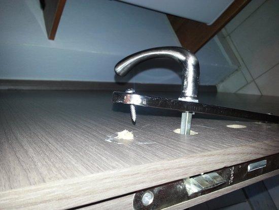 dirty shower head bild von strofades beach hotel. Black Bedroom Furniture Sets. Home Design Ideas
