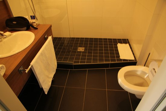 Mercure Graz City: Square facing double room - bathroom