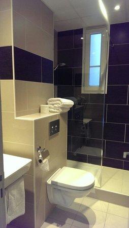 ABC Champerret: Salle de bain refaite. Seul élément correct de l'hôtel.