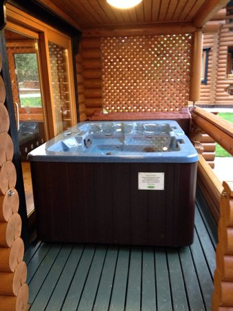 Wrea Green, UK: Hot tub - log cabin x