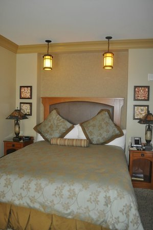 Avila Village Inn: Cool Mission-style lamps over the bed