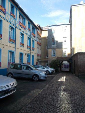 Hotel de Calais : Car park and entrance