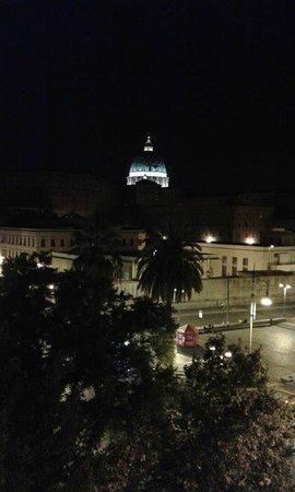 Small Luxury B&B: La Stupenda vista della Cupola di San Pietro dalla nostra camera