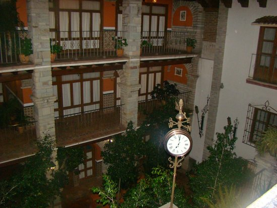 Socavon: Vista del reloj en la parte interna del hotel