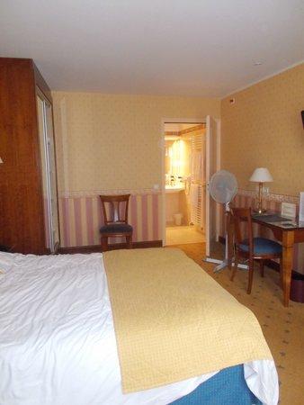 Coq Hotel: Room