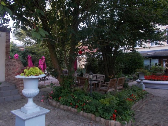 Coq Hotel: Garden area