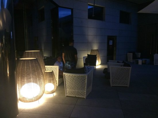 Hotel SB Icaria Barcelona: Outdoor chill zone with sofas and sport on telly