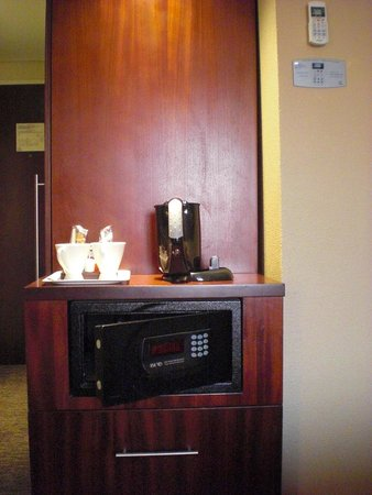 City Lodge Hotel OR Tambo Airport: coffee/tea making & safe box