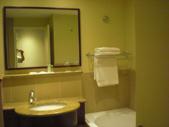 City Lodge Hotel OR Tambo Airport: bathroom