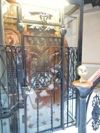 Hostal Oliva: The lift