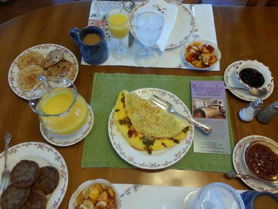 Lavender Heights Bed and Breakfast: One of the incredible breakfasts' Jenny served us.