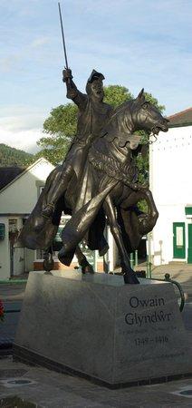 Heulfre B&B: Owain Glyndwr Statue- Corwen