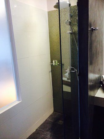 Le Patta: Shower