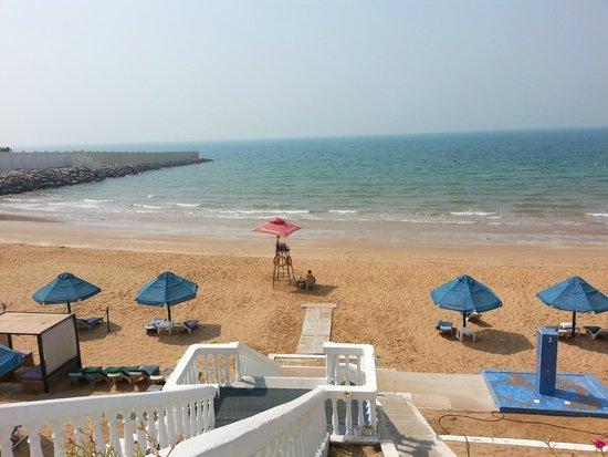 Beach Hotel by Bin Majid Hotels & Resort: Пляж большой,много лежаков, занято было процентов 10 - не более...