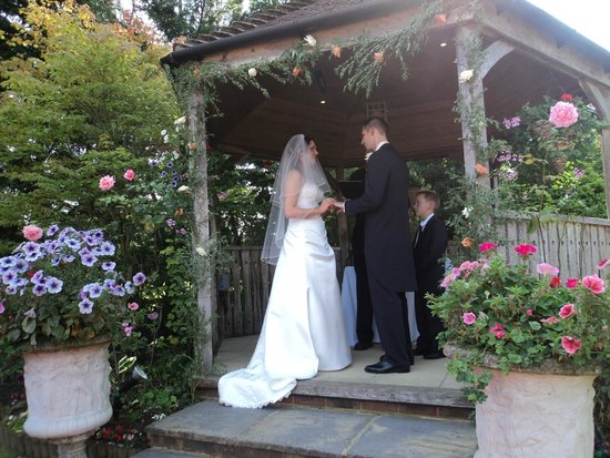Little Silver Country Hotel: Outside wedding ceremony in the pergola