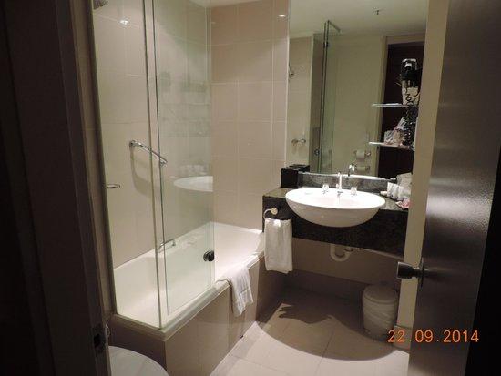 Rydges Melbourne Hotel: Salle de bain chambre de luxe