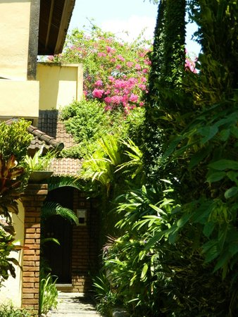 Bali Ayu Hotel: The little pathway that lead to our villa - right at the far end of the complex
