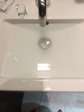 Quality Hotel Excel Roma Ciampino: lavandino bagno pieno zeppo