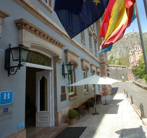 Basílica de Santa María la Real de Covadonga: Entrada al Gran Hotel Pelayo con la Basílica al fondo