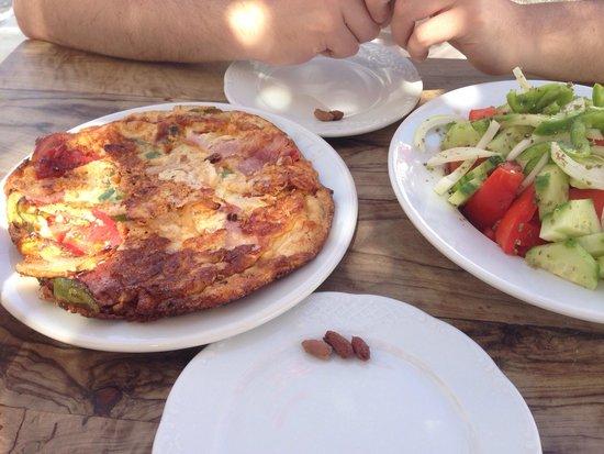 Kafeneio Marigos: Omelette & salad